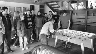 Kim und Benjamin spielen Tischfußball - die Realschüler aus St. Pierre d'Albigny schauen interessiert zu. Bild: Pavlovi´c